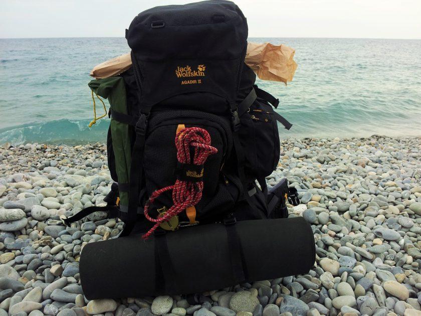 Trekkingrucksack am Strand