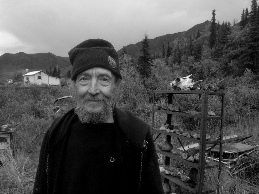 George vor seiner Cabin in Alaska